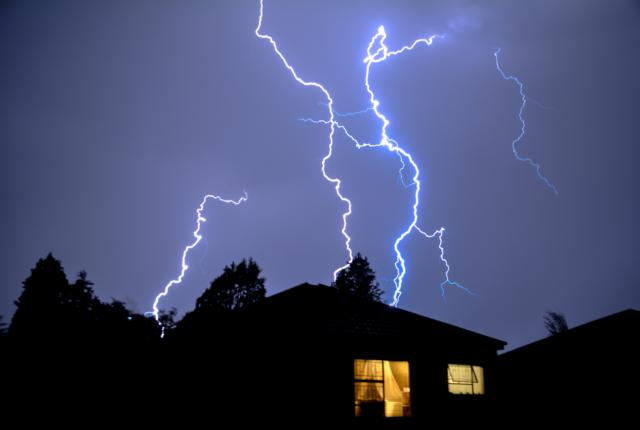 雷による住宅や家財の損害は火災保険で補償される?補償内容を解説