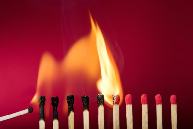 類焼による損害は火災保険の補償対象?保険金請求の時効とともに解説
